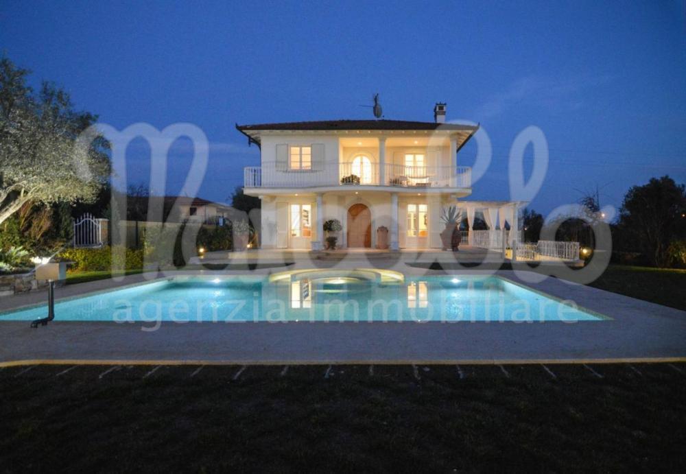 Villa indipendente plurilocale in vendita a Pietrasanta - Villa indipendente plurilocale in vendita a Pietrasanta